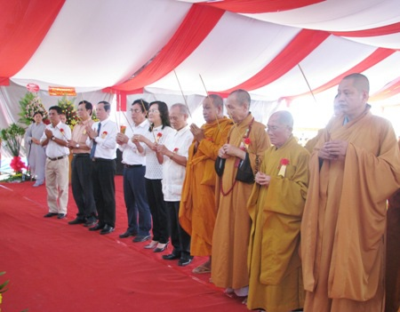 Lãnh đạo Ban trị sự Phật giáo cùng lãnh đạo tỉnh Bạc Liêu thắp hương cúng Phật.