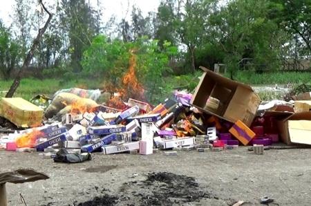 Nhiều mặt hàng nhập lậu, không rõ nguồn gốc bị tiêu hủy.