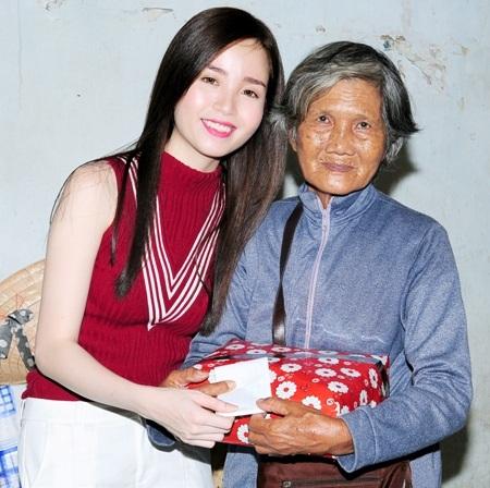 Hoa khôi Vũ Thanh Tú cũng chia sẻ với một bà cụ nghèo.