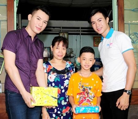 Nam vương Huỳnh Võ Tiến và Á vương Lê Thành Đông chia sẻ niềm vui với gia đình em nhỏ.