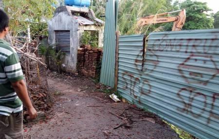 Tỉnh, huyện chỉ đạo tháo dỡ các công trình lấn chiếm nhưng đến nay các công trình vẫn ngang nhiên tồn tại.