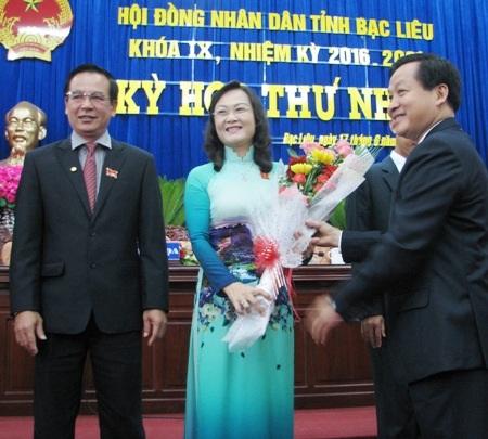 Bà Lê Thị Ái Nam nhận hoa chúc mừng từ Bí thư Tỉnh ủy Lê Minh Khái sau khi trúng cử Chủ tịch HĐND tỉnh Bạc Liêu khóa IX, nhiệm kỳ 2016 - 2021.