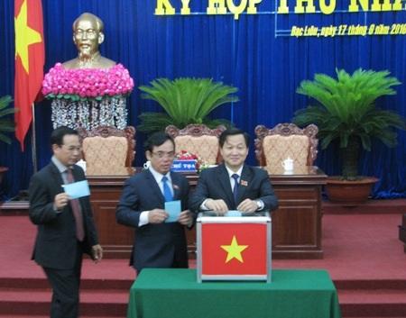 Các đại biểu tiến hành bỏ phiếu bầu các chức danh chủ chốt của HĐND và UBND tỉnh Bạc Liêu khóa IX, nhiệm kỳ 2016-2021.