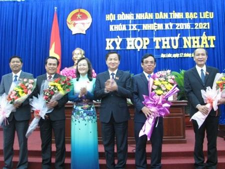 Ông Dương Thành Trung (thứ 2 từ phải qua) trúng cử Chủ tịch UBND tỉnh. Các ông Phan Như Nguyện (phải), Vương Phương Nam, Lê Minh Chiến (thứ 1 và thứ 2 bên trái) cùng trúng cử Phó Chủ tịch UBND tỉnh Bạc Liêu khóa IX, nhiệm kỳ 2016-2021.