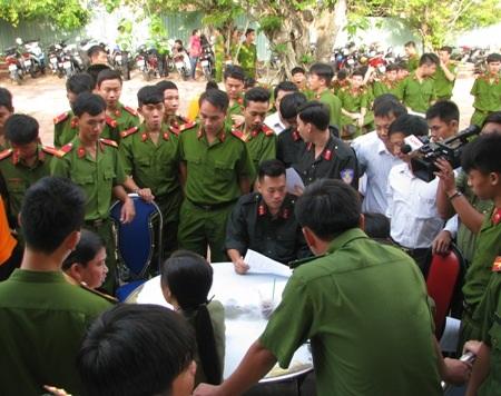Rất đông chiến sĩ công an trẻ đăng ký tham gia hiến máu tình nguyện.