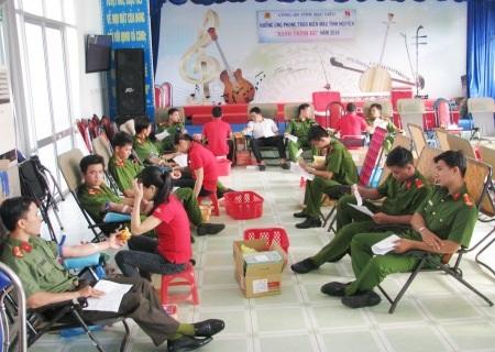 Đông đảo lực lượng tham gia hiến máu tình nguyện hưởng ứng Hành trình đỏ Việt Nam năm 2016 tại Bạc Liêu.