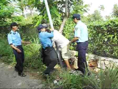 Phía Công ty Hải Lưu ngăn cản người dân chôn cột điện lần thứ nhất ngày 4/7/2015.