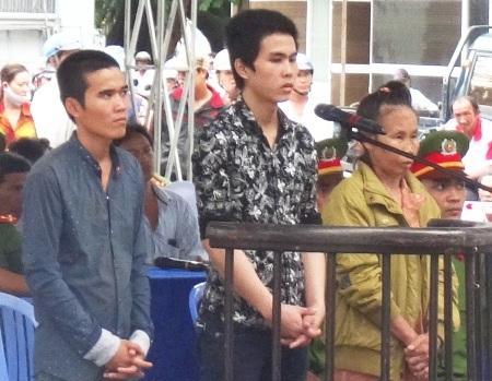 Trương Hoài Trọng (giữa) và các bị cáo Yên, Dung tại phiên tòa.