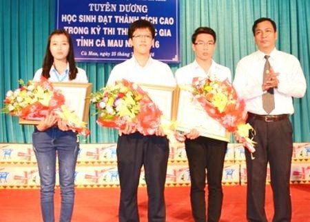 Lãnh đạo tỉnh Cà Mau tặng Bằng khen cho 3 thí sinh đạt thành tích cao. (Ảnh: CTTĐTCM)