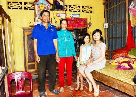 Ông Thắng cùng vợ con đang sống trong căn nhà hết sức tạm bợ trên phần đất đang bị đòi trả cho người khác.