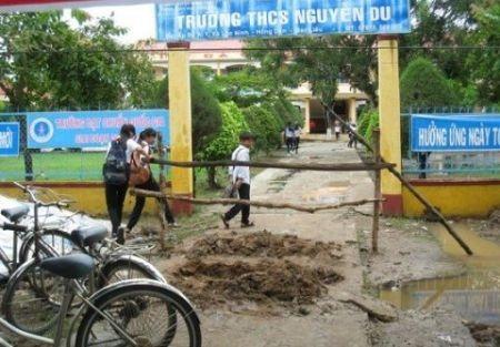 Trường bị đóng cổng, kéo băng rôn giăng kín và rào cây trước đây.