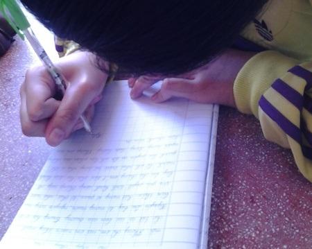 Em học sinh T.T.N.L. ký tên mình vào bức tâm thư.