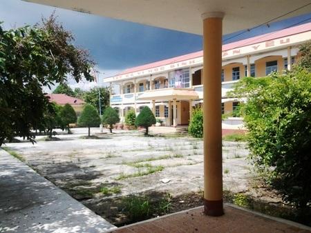 Trường THCS Nguyễn Du là một ngôi trường khá hoành tráng ở địa phương.