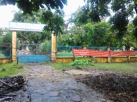 Cổng chính của trường bị đóng, rào kín không thể vào được bên trong.
