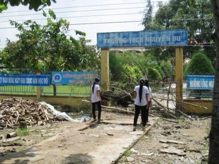 Có lúc, trước cổng trường bị đào hố sâu, rào chắn ngang khiến việc đi lại của các em học sinh gặp nhiều khó khăn. (Ảnh do học sinh trường cung cấp)