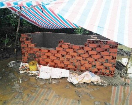 Huyệt mộ ông Thuận bị phía ông Trắng đập phá trong ngày 28/7. Phía chính quyền địa phương xác nhận, có sự xuất hiện của lãnh đạo Công an thị xã Ngã Năm nhưng chỉ là để bảo vệ không để xảy ra xô xát giữa các gia đình.