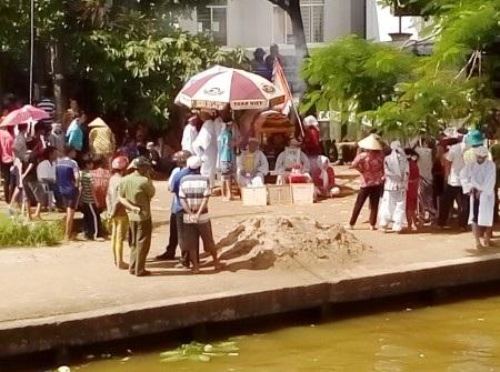 Quan tài ông Thuận được người nhà đưa lên trụ sở UBND xã Mỹ Quới vào ngày 29/7 để xin chỗ chôn cất.