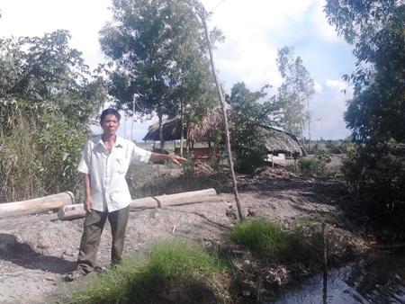 Ông Nguyễn Văn Nhỏ, một hộ dân bị thiệt hại nhưng không có tên trong danh sách hỗ trợ hạn, mặn của xã. Sau khi báo phản ánh, Tổ công tác của huyện kết luận, địa phương có nhầm lẫn họ tên và yêu cầu người bị nhầm phải trả lại tiền cho ông Nhỏ.