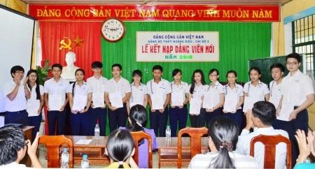 Kết nạp Đảng cho các học sinh đủ điều kiện tại Trường THPT Hoàng Diệu, TP Sóc Trăng.