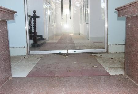 Trụ sở Kho bạc Nhà nước không một bóng người dù đã xây dựng xong.