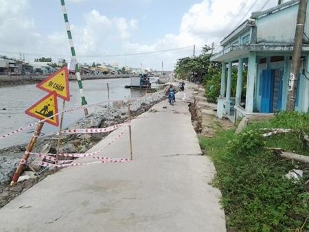 Đoạn đường bị sụt lún tại khu vực thuộc ấp Chùa Phật, thị trấn Hòa Bình, huyện Hòa Bình, tỉnh Bạc Liêu.