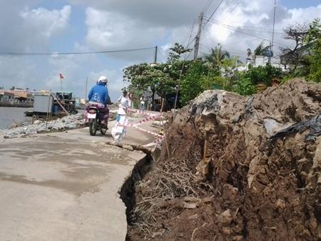 Người tham gia giao thông rất lo lắng khi đi qua khu vực sụt lún.