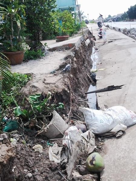 Tuyến đường dài gần 100 m bị tách rời với phần đất nền phía bên trong nhà dân.