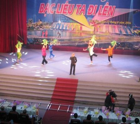 Phần trình diễn của nhạc sĩ Nhất Sinh đã để lại ấn tượng trong lòng khán giả qua ca khúc Hướng về Bạc Liêu do chính nhạc sĩ sáng tác.