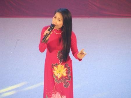 Nữ ca sĩ Vân Khánh da diết với Tiếng đàn kìm, một sáng tác của nhạc sĩ Khánh Vinh.