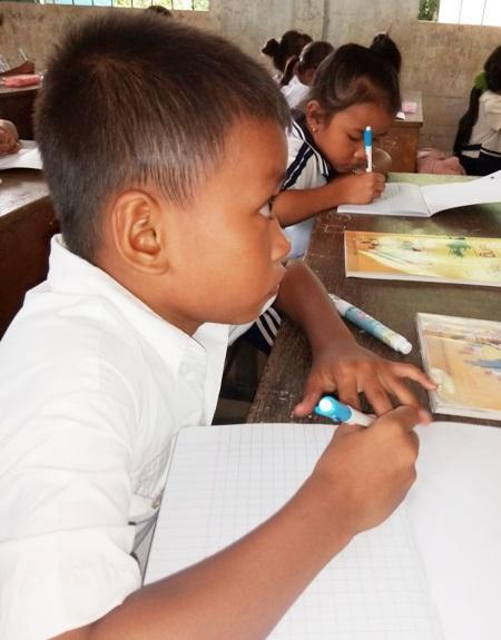 Em K.T.L. không viết được dù trên bảng giáo viên đã viết chữ sẵn.
