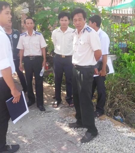 Cán bộ thi hành án huyện Mỹ Tú cưỡng chế lấy đất của bà Huỳnh Thị Phương Thảo.