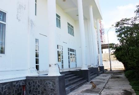 Trụ sở Chi cục Thống kê thị xã Vĩnh Châu xây xong bị bỏ hoang vì không có đường vào.