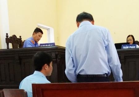Đại diện lãnh đạo UBND thị xã Vĩnh Châu tại phiên tòa phúc thẩm đã không trả lời được những câu hỏi mang tính pháp lý của phía nguyên đơn đưa ra nên HĐXX đã phải hoãn để xác minh thêm chứng cứ.