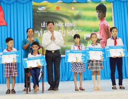 Em Trương Thanh Nhành (ngồi) nhận học bổng Vì em hiếu học.