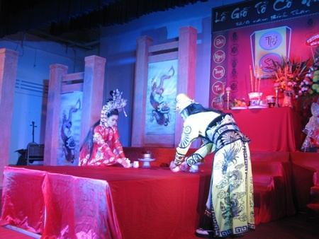 Dâng lễ trà, rượu, hương,... thể hiện lòng tôn kính với tổ sư nghề.