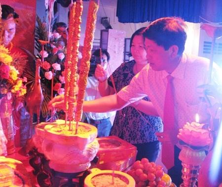 Lãnh đạo tỉnh Bạc Liêu và Sở, Ban ngành dâng hương trong ngày kỷ niệm lễ giỗ tổ cổ nhạc.