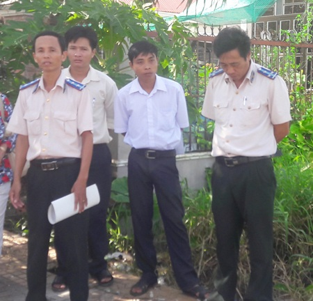 Cán bộ cơ quan thi hành án huyện Mỹ Tú ra quân cưỡng chế đất của bà Thảo.