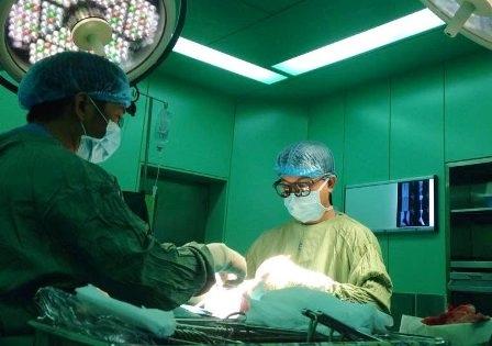 Các bác sĩ thực hiện cuộc phẫu thuật cho cụ ông 104 tuổi