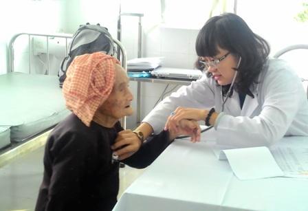 Người dân tại phường Thảo Điền, quận 2 được bác sĩ tuyến quận chăm sóc sức khỏe.