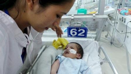 Người mẹ khốn khổ bên đứa con nhỏ vừa sinh mắc bệnh tim