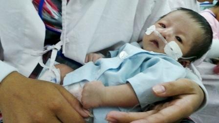 Cháu bé vô tội cùng cha đang rất cần được giúp đỡ để vượt qua bạo bệnh