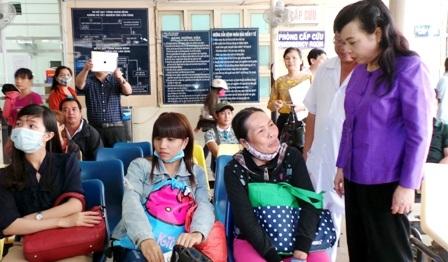 Bộ trưởng Y tế Nguyễn Thị Kim Tiến trong một lần thị sát công tác khám chữa bệnh tại bệnh viện Ung Bướu, TPHCM