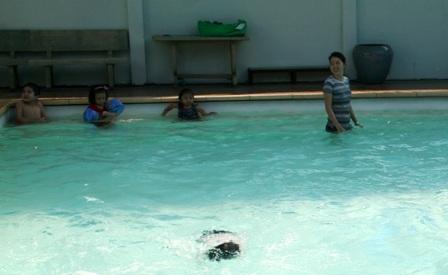 Người lớn cần tập bơi cho con trẻ và thường xuyên để mắt khi cho các bé tắm hồ, ao, sông...