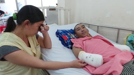 Chị Thu Thủy đau đớn nhìn đôi tay của chồng đã bị cắt cụt