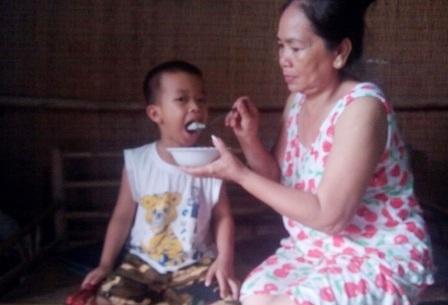 Bé trai mới 4 tuổi đang đối mặt với nguy cơ đói khát, thất học vì tai nạn ập đến với cha