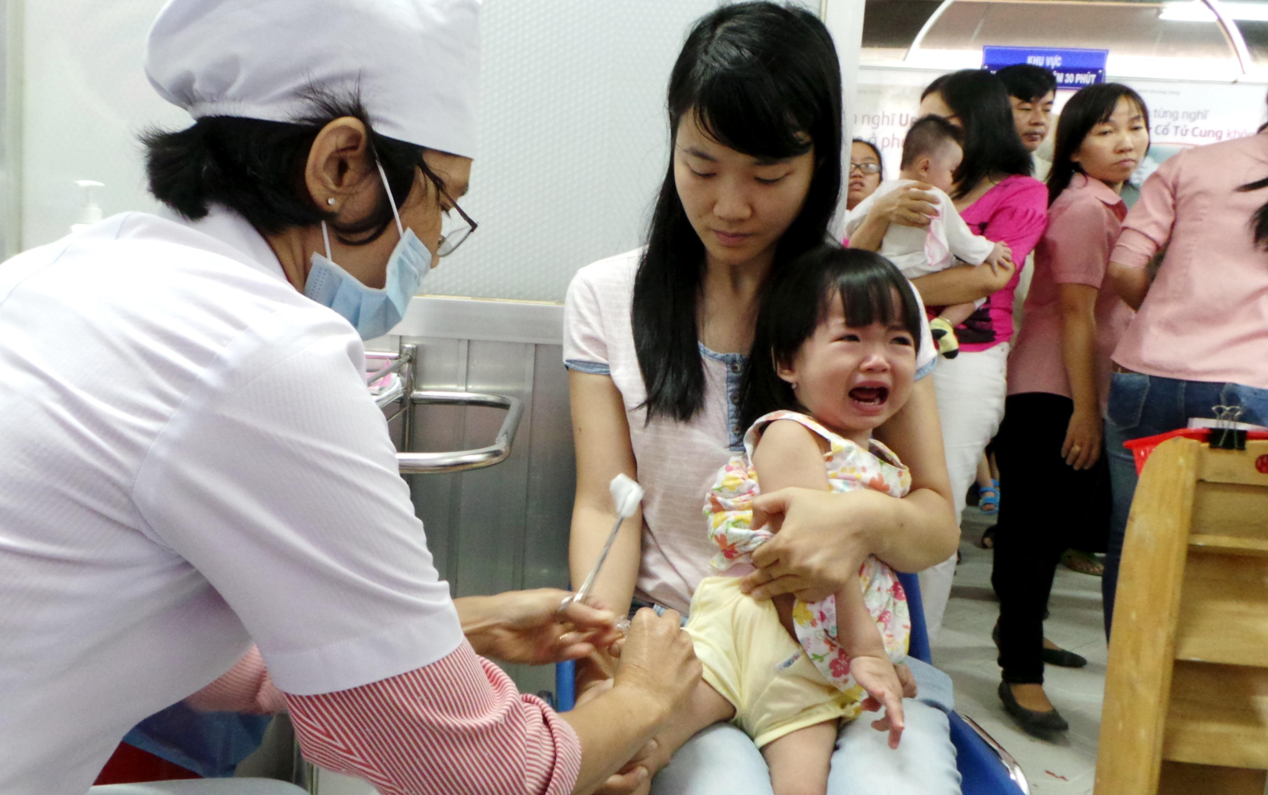 Trẻ được chích ngừa Pentaxim tại Trung tâm Y tế Dự phòng thành phố