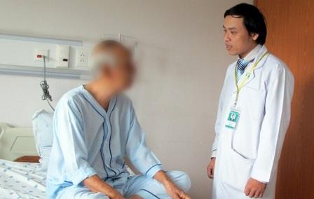 TS.BS Lâm Vĩnh Niên khám và tư vấn dinh dưỡng cho người bệnh