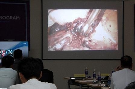 Hình ảnh truyền từ phòng mổ, giới thiệu phương pháp nội soi 3D  của Việt Nam với bạn bè quốc tế