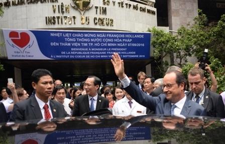 Tổng thống Pháp vẫy tay chào người bệnh và thân nhân đang điều trị tại Viện tim TP.HCM (ảnh: Nguyễn Quang)