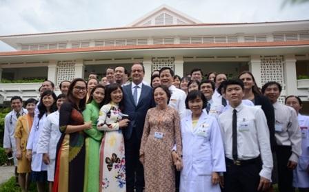 Tổng thống Pháp chụp hình lưu niệm cùng nhân viên y tế tại Viện tim (ảnh: Nguyễn Quang)